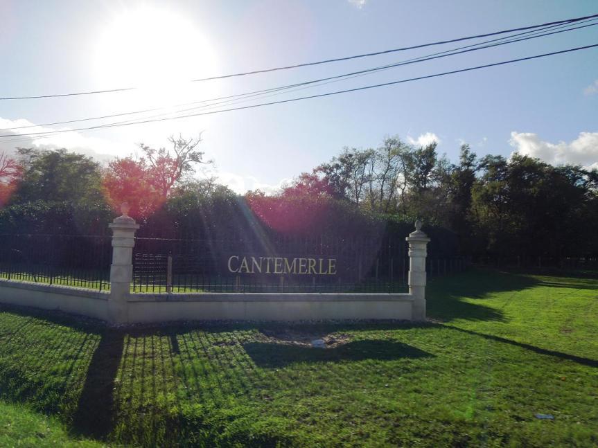 Devant les grilles du Château Cantemerle...