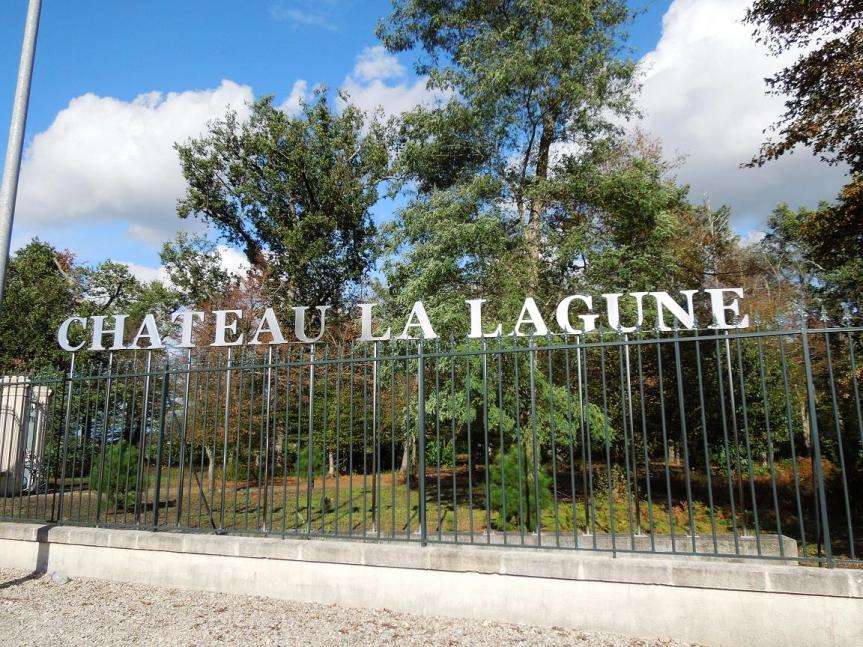 Devant la grille du Château La Lagune...