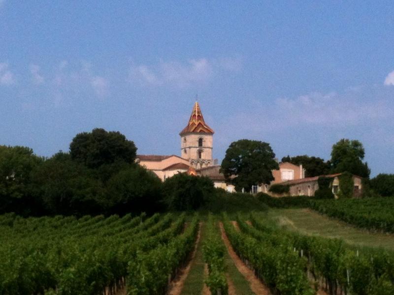 L'église de Cars et son clocher polychrome domine les vignobles alentours.