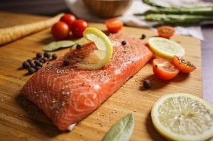 saumon sur planche bois